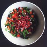 Salade met verse kruiden en granaatappel